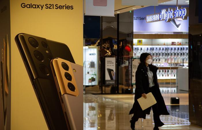 otografía de archivo fechada el 27 de enero de 2021 que muestra a una mujer que visita una tienda de Samsung en Seúl (Corea del Sur).