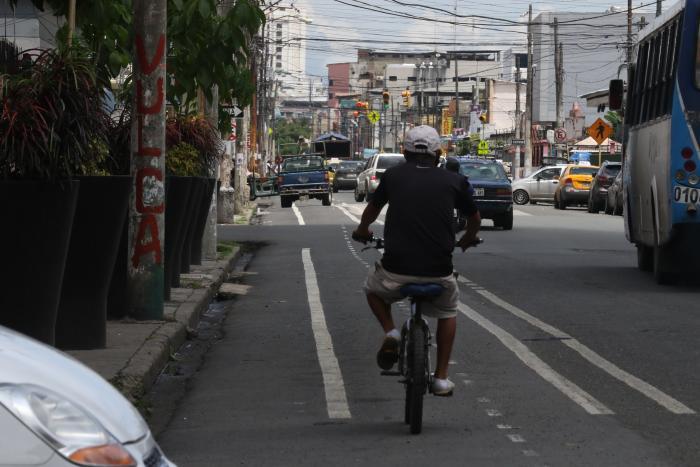 En la calle Diez de Agosto e Ismael Pérez Pazmiño se pintó un espacio para ciclistas.