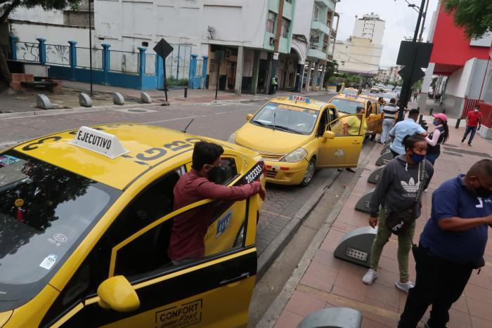 Los taxis amarillos ayer ofrecían el servicio compartido, como hasta el miércoles pasado lo hacían las taxirrutas, hacia el cantón Durán.