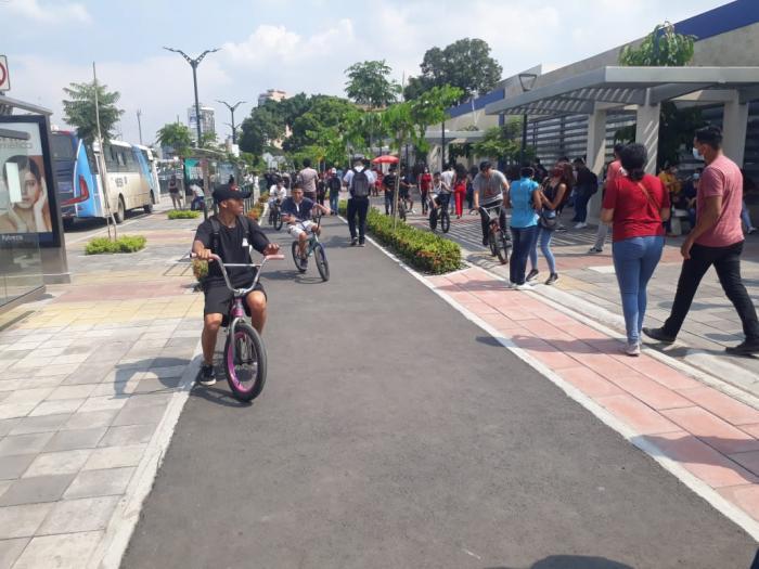 Ciclovía. No faltaron las bicicletas el día de las elecciones, aunque muchos peatones invadieron el carril.