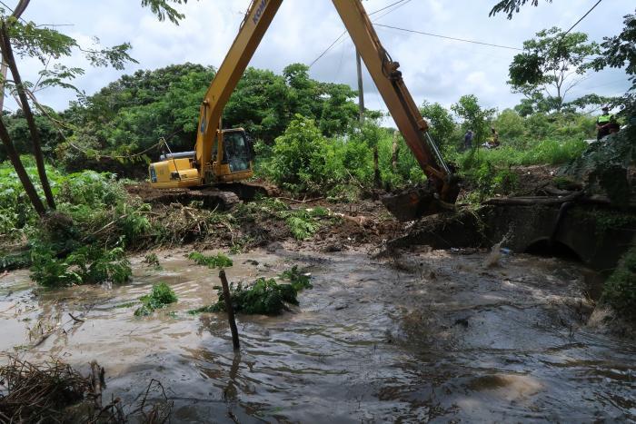 Trabajos. Maquinaria de la Prefectura llegó al lugar a retirar material de sedimento acumulado.