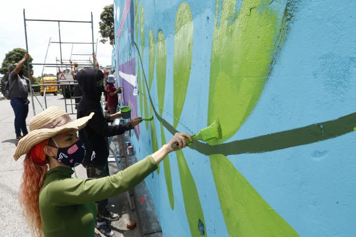 Subcontrato. Andrea Arellano y su colectivo recibieron $ 432 por pintar.