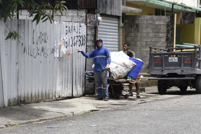 Un reciclador se acerca al local, que permanece con la puerta cerrada.