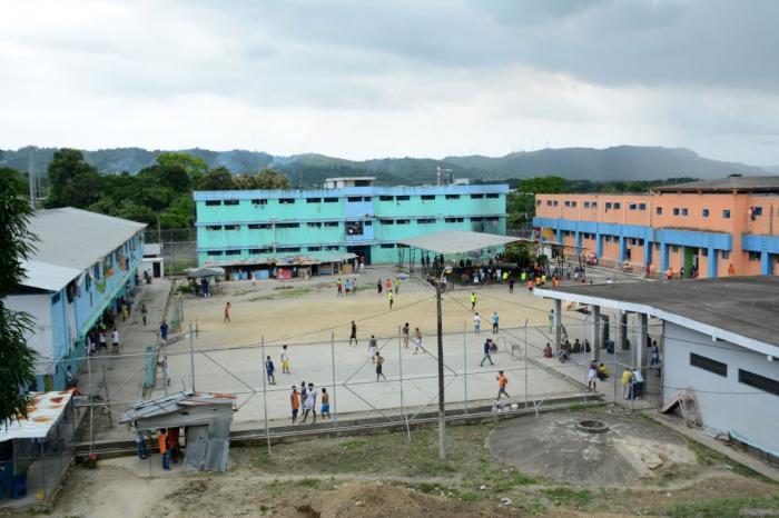 Los internos realizan actividades deportivas en los patios del centro.