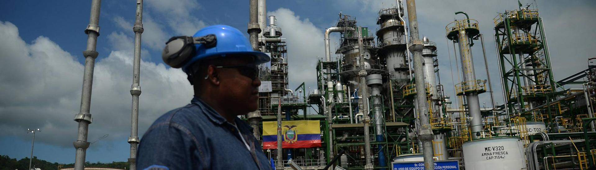 Trabajador en la planta de Petroecuador.