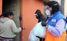 Alexandra Ocles entregando los kits de ayuda humanitaria