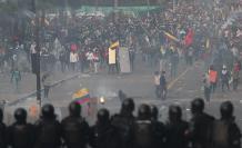 Foto del 11 de noviembre de 2019 de manifestantes y policías se enfrentan durante una nueva jornada de protestas en Quito