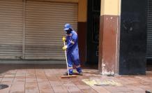 Un trabajador limpia las calles de Guayaquil, en la zona regenerada del centro.
