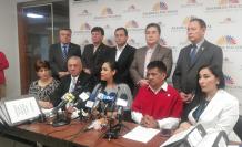 Fernando Flores junto a los miembros del bloque legislativo CREO presentan el pedido de juicio político.
