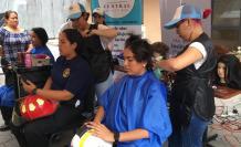 Voluntarias del Cuerpo de Bombero. Donación a Solca.