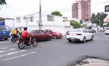 La intersección de Carchi y Vélez tiene mucho caos vehicular.