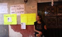 Habitantes de la comunidad de Tulyehualco tienden un cordón de apoyo a los familiares de la niña Fátima, hallada sin vida cerca del lugar, este lunes en México.