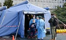 hombre-recibe-asistencia-pre-triaje-delante-del-hospital-cremona-norte-italia-1583329235200