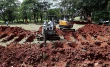 cavar las tumbas para los fallecidos de COVID-19 a gran escala. En el cementerio de Vila Formosa, el mayor de Latinoamérica, en Sao Paulo, una veintena de excavadoras trabajan contra el reloj Excavadoras-tumbas-Brasil-espera-pandemia_EDIIMA20200418_0434_4