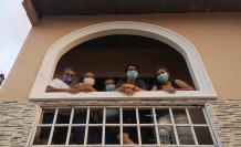 Familia López Sáenz, en el balcón de su vivienda, ubicada en el suburbio.