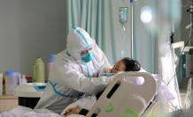 europapress-2671492-medico-militar-atiende-paciente-enfermo-coronavirus-unidad-cuidados