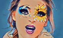 Mujer cantando maquillada