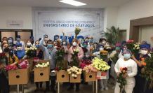 Entrega de flores a personal sanitario