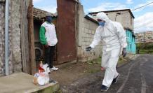 las autoridades distribuyen canastas alimenticias para la población de escasos recursos