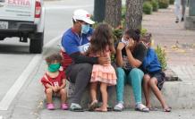 niños en la calle con mascarillas