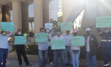 Pasadas las 08:30, una veintena de trabajadores del Servicio de Gestión Inmobiliaria del Sector Público (Inmobiliar) se reunieron en los exteriores del Gobierno Zonal de Guayas para protestar. Foto: Mariella Toranzos. 25 de mayo de 2020.