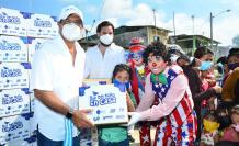 Carlos Luis Morales reparte alimentos en la isla Puná