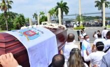 Ataúd donde están los restos de Carlos Luis Morales recorre las afueras del cementerio.
