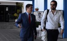 Carlos Soria (I) abogado de Ola Bini, dijo que ya estaban enterados que se iba a extraer la información del teléfono.