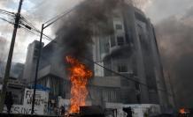 Acto. El incendio provocado en la Contraloría en el contexto de la protesta indígena no pudo sofocarse porque los bomberos fueron impedidos de llegar.