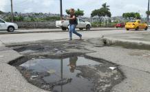 Molestia. La otra gráfica es de la avenida Juan Tanca Marengo. Es apenas uno de los puntos de esa arteria que presentan daños. Allí los huecos son constantes. Expreso contó al menos diez, pero enormes, en un reportaje anterior.