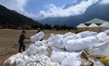 Cuatro cadáveres y 11 toneladas de basura recogidos en limpieza del Everest