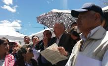 Alfonso Yánez (c), dirigente de Maestros Jubilados, reunió a quienes esperaban afuera del Legislativo.
