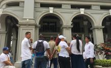 Plantón. Los dueños de clínicas acudieron con camisetas blancas para pedir que la alcaldesa los escuche.