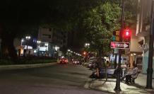 Oscuridad. En las noches, la avenida 9 de Octubre acoge  desde chamberos, prostitutas e indigentes que usan la vía como refugio. También se evidencia basura en las esquinas y oscuridad por alrededor de 13 cuadras.