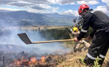 Miembros del Cuerpo de Bomberos de Quito combaten el fuego en Ilinizas.