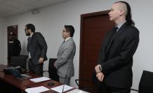 Referencial. Ola Bini junto con su abogado Carlos Soria en la audiencia de reformulación de cargos el 29 de agosto del 2019.