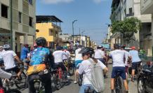 Un grupo de ciclistas avanza por la calle Cuenca hacia Vacas Galindo para visitar las huecas gastronómicas en Guayaquil.