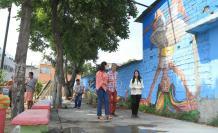 Trabajo. Unos barren, otros riegan las plantas y muchos recorren y observan el mural plasmado en la pared del 'parque chico', del cual los habitantes de Urbanor se sienten orgullosos.