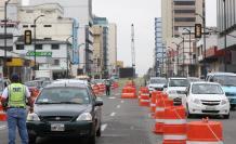 De uno a tres carriles permanecen cerrados en la avenida Quito. Los semáforos se mantienen intermitentes, dejando el control del tránsito a los uniformados.