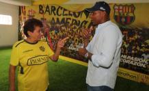 Cariño. Mercedes, jefa de utilería de Barcelona, aconseja a su 'hijo' Máximo Banguera. (Christian Vásconez / EXPRESO)
