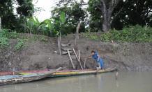 Daule. Rosario López intenta acoderar en una vieja escalera de madera, en un recinto de Nobol.