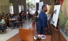Durante la exposición, el artista hizo una muestra de su talento con una pintura en vivo.