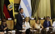 El nuevo vicealcalde de Guayaquil (i) en su primer discurso en la sesión inaugural del Concejo Cantonal.