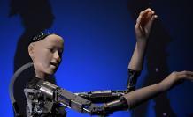 Alter 3. Es un robot desarrollado por Mixi Corporation, Universidad Nacional de Tokio, Universidad de Osaka y Warner Music Japan, capaz de generar sus propios movimientos mientras sigue una puntuación.