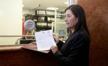 Johana Pesántez fue quien entregó el documento en la Asamblea.