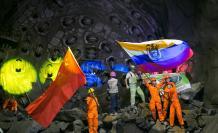 Las banderas de China y Ecuador ondearon al concluir los obreros el túnel de conducción en la hidroeléctrica Coca Codo Sinclair, en abril de 2015.
