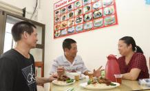 Servicio. He Jinhe (izq) es el chef del lugar, mientras que su esposa, también en la foto, atiende a los clientes.