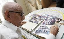La amistad. Pástenes atesora fotos de antiguos aniversarios y reuniones posteriores con los amigos que conoció en 1940, año de la fundación.