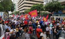 Maestros salieron a protestar por sueldos impagos.