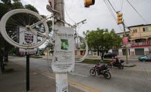 Bicicleta blanca ubicada en homenaje a Juan José Vallejo, fallecido en 2015. Su caso sigue abierto sin sentencia.